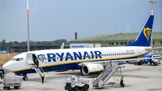 Avión de Ryanair en la pista de un aeropuerto en Weeze, Alemania