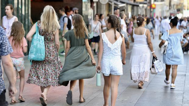 Turistas pasean por las calles de Madrid