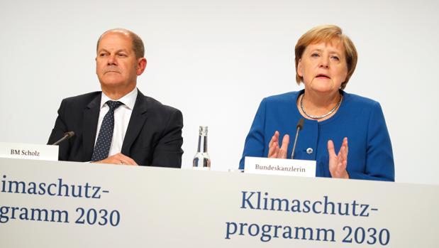 La canciller alemana, Angela Merkel, junto al ministro de Finanzas alemán, Olaf Scholz
