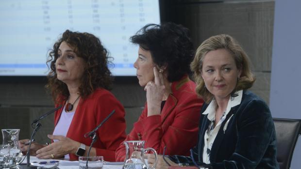 La ministra de Hacienda, María Jesús Montero; la de Educación y portavoz del Gobierno, Isabel Celaá; y la de Economía, Nadia Calviño, en una rueda de prensa tras el Consejo de Ministros