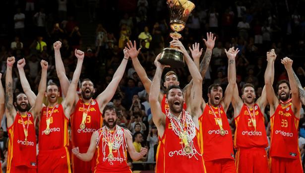 El alero de la selección española de baloncesto Rudy Fernández y sus compañeros, con el trofeo que les acredita vencedores del Mundial de Baloncesto de China 2019