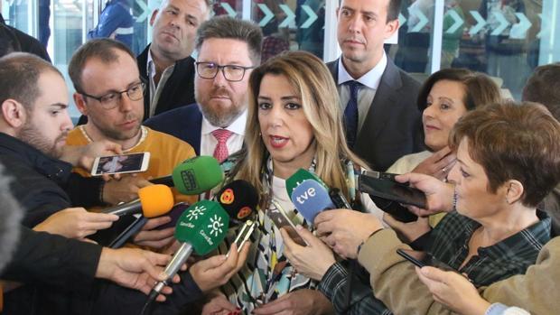 En Almería, la presidenta de la Junta, Susana Díaz, atiende a los medios