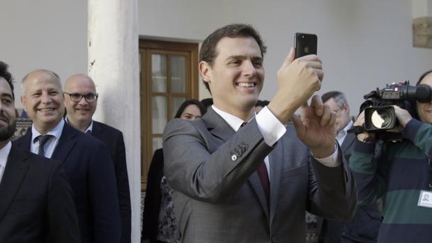 Albert Rivera durante su visita este viernes al Parlamento de Andalucía junto al grupo parlamentario de Ciudadanos