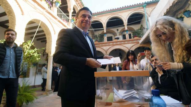 El cabeza de lista del PSOE por Córdoba y ministro de Agricultura, Pesca y Alimentación, Luis Planas, momentos antes de ejercer su derecho al voto
