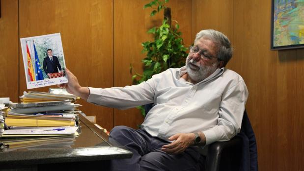 El alcalde de Dos Hermanas muestra una foto de Pedro Sánchez