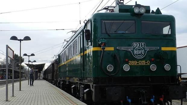 Locomotora eléctrica 289-015 de los años 70 que tirará este año del Tren de la Fresa