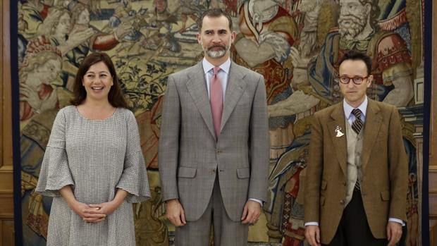 El Rey Felipe recibe en audiencia en el Palacio de la Zarzuela a Joan Punyet Miró, nieto del célebre artista Joan Miró, y a la presidenta del Gobierno Balear, Francina Armengol