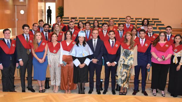 I Promoción del grado en Derecho de CEU Cardenal Spínola, junto al padrino, José Ramón Navarro, presidente de la Audiencia Nacional