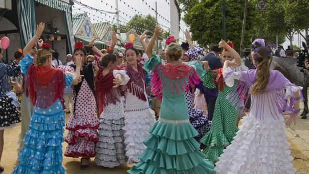 Jóvenes bailando en la Feria de Sevilla