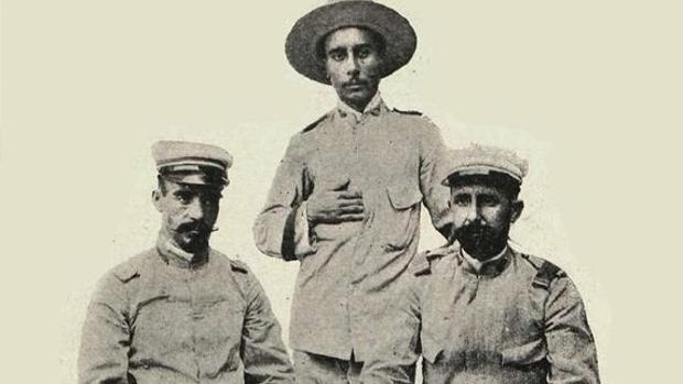 A la izquierda, el teniente médico Rogelio Vigil de Quiñones y Alfaro. En el centro, de pie, el cabo Jesús García Quijano. A la derecha, el segundo teniente Saturnino Martín Cerezo