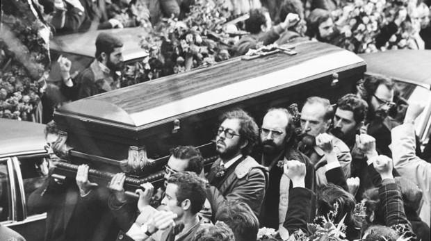 Los compañeros de los abogados asesinado portan el féretro de una de las víctimas de la matanza. El 26 de enero de 1977, dos días después del atentado, se celebró el funeral, que estuvo acompañado por una increíble multitud de españoles que manifestaron libertad y justicia