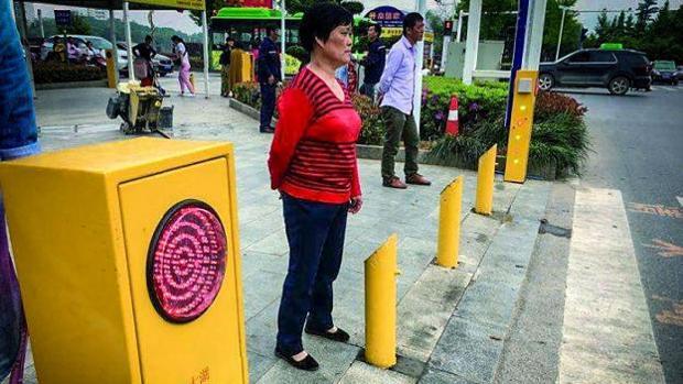 Los bolardos instalados en pasos de cebra de Daye empapan y multan a los peatones infractores.