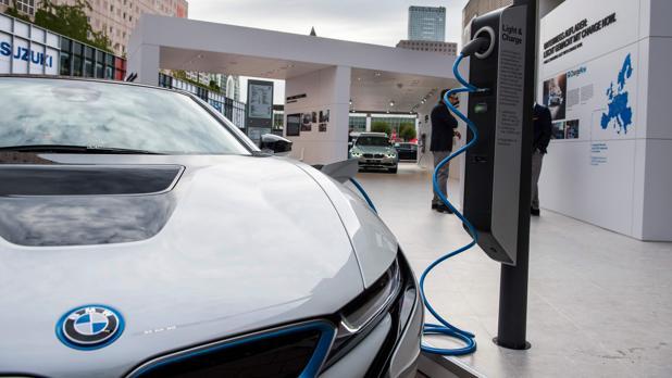 BMW i8 en una estación de recarga