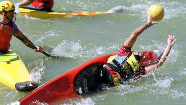 El kayak polo es una mezcla de piragüismo y waterpolo