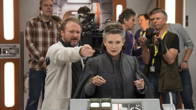 Rian Johnson, durante el rodaje con Carrie Fisher