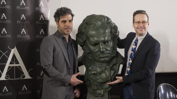 Ernesto Sevilla y Joaquín reyes, «Los Chanantes», en la Academia de Cine con el busto de Goya