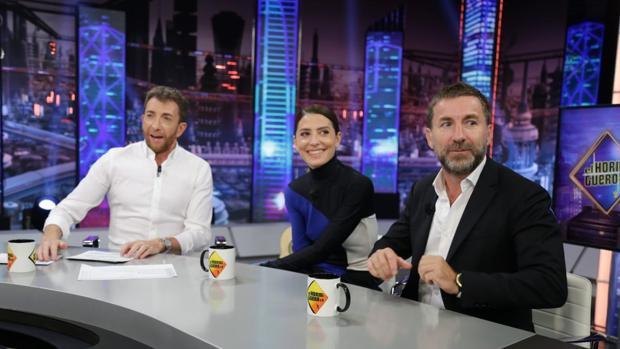 Antonio de la Torre y Bárbara Lennie, junto a Pablo Motos en «El hormiguero»