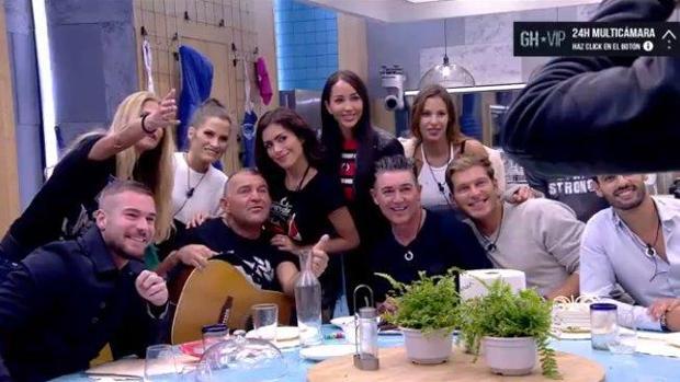 Los concursantes de «GH VIP» celebrando el cumpleaños del Koala