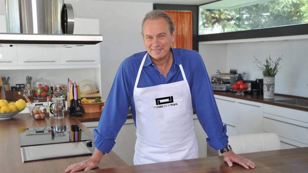 Bertín Osborne posando en la cocina de la casa que se ha puesto a la venta