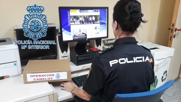 Una agente de policía durante la investigación sobre la «Operación Camelot»