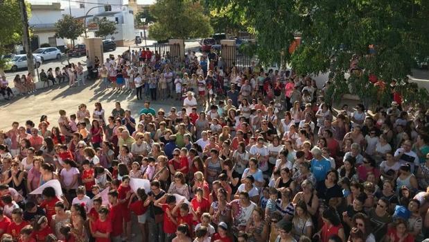 Cientos de padres de La Campana han protestado esta mañana por el mal estado del CEIP Bernardo Barco