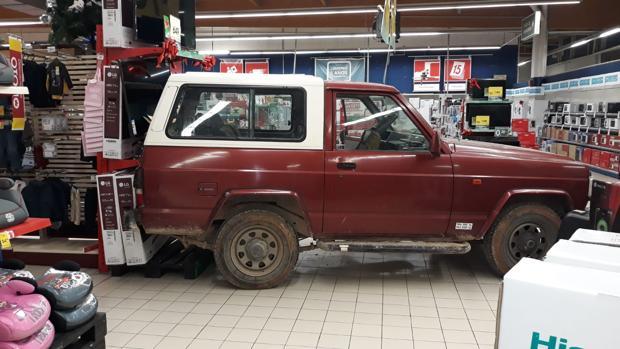 Los ladrones abandonaron el vehículo en el centro comercial cuando detectaron que llegaba la Guardia Civil