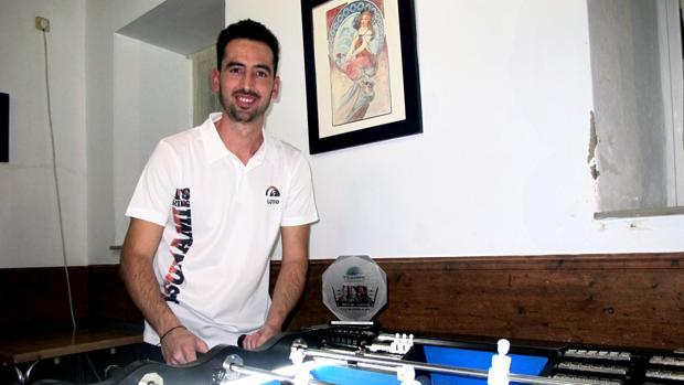 Luis García con el trofeo de ganador del Tsunami Ring 2018, en la mesa donde entrena en Lebrija