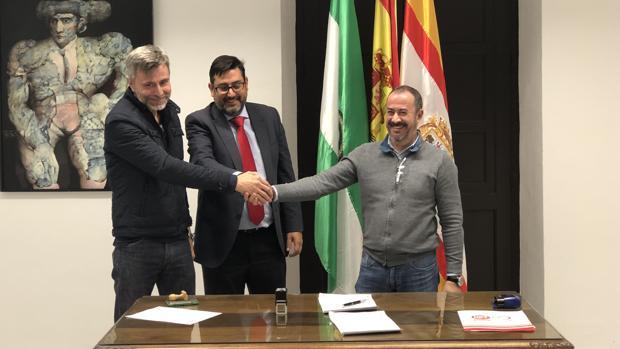 El alcalde de Utrera junto a los representantes de UGT y CSIF en el Ayuntamiento de Utrera