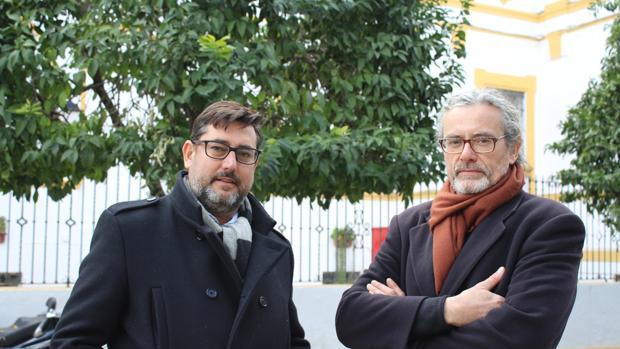 El alcalde de Utrera, José María Villalobos, junto al escultor que ha realizado el monumento, Jordi Díez