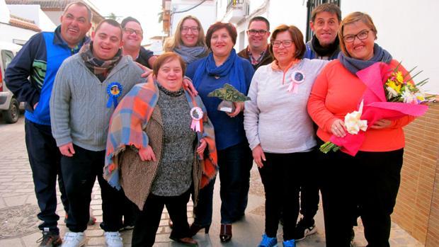 Pepi Díaz, en el centro con el galardón, rodeada de la mayoría de los usuarios de El arte de vivir