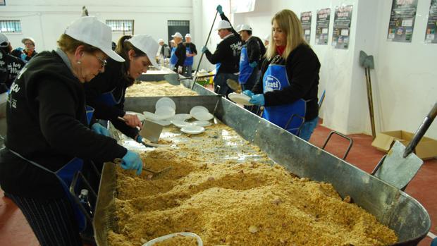 Más de un centenar de voluntarios prepararán los 1.600 kilos de migas que se repartirán el domingo 27 en Lora
