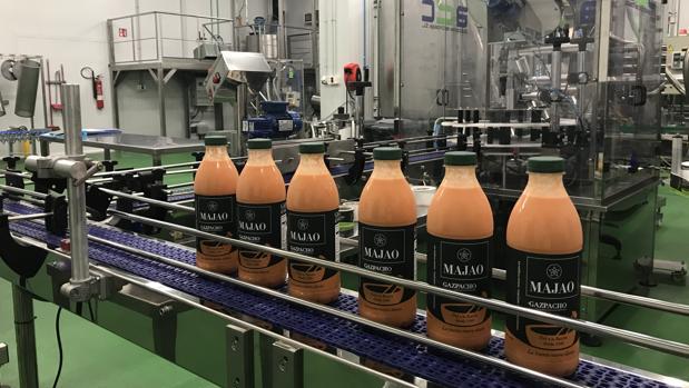 Varias botellas de gazpacho sobre la línea de envasado de la empresa Majao, en Mairena del Aljarafe