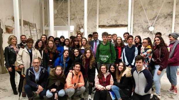 El alcalde Utrera, José María Villalobos, acompañado de un grupo de estudiantes en la Casa Surga
