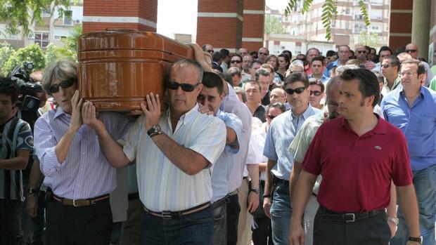 Familiares y amigos portan el féretro con los restos mortales del vigilante de seguridad asesinato en El Viso en 2008