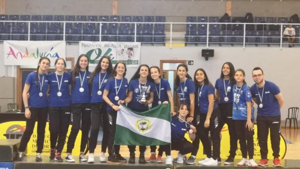 Las chicas del Mairena Voley Club posan con la medalla de bronce lograda en el Campeonato de Andalucía