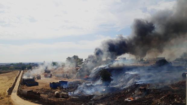 Las llamas han llegado a afectar a una chatarrería y se han quedado muy cerca de las viviendas