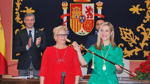 Ana Isabel Jiménez recibe el bastón de mando de manos de la edil de mayor edad Ana Vannerau