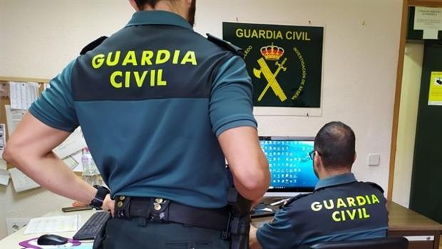 Dos agentes de la Guardia Civil delante de un ordenador