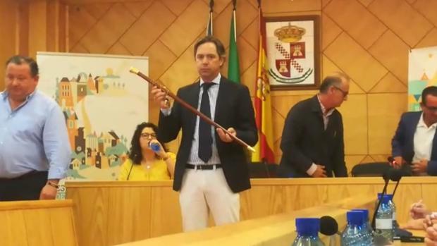 El nuevo alcalde de La Roda de Andalucía, Juan Jiménez con el bastón de mando tras la investidura