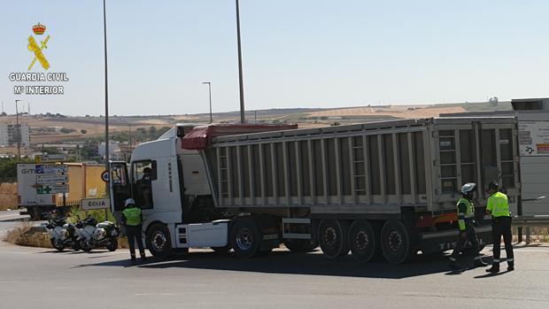 Agentes de la Guardia Civil en el momento de la detención del camionero que quintuplicaba la tasa de alcohol
