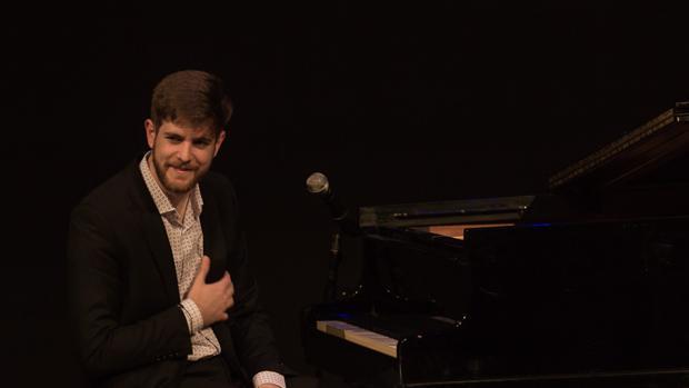 Andrés Barrios comenzó su formación clásica en el piano con sólo 8 años, con 15 años descubrió el flamenco