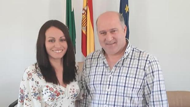 La nueva alcaldesa, Buensuceso Morillo, junto al anterior regidor