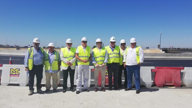 El viceconsejero de Fomento, Jaime Raynaud (cuarto por la derecha), visitó ayer las obras
