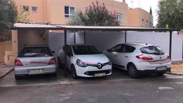 Tres coches pintados en la urbanización de Simón Verde