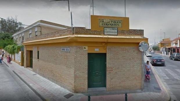 Fachada principal del colegio Cervantes, en Dos Hermanas
