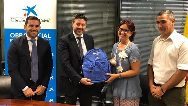 La Fundación La Caixa hizo entrega de 1.600 lotes básicos para alumnos en riesgo de exclusión social