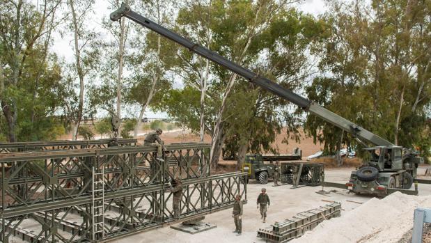 Desmontaje por parte del Ejército del puente provisional instalado tras el temporal de hace un año