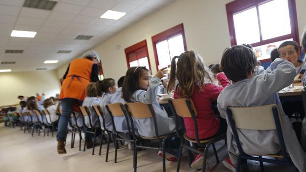 Una monitora de un comedor escolar en un centro educativo andaluz