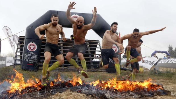 Un grupo de valientes «farinatos» en el salto de la hoguera