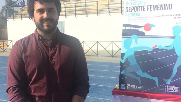 El concejal de Deportes de Utrera, Daniel Liria, presentando el festival del deporte femenino